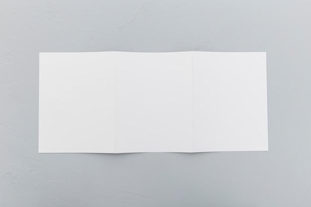 Brochure rettangolo vista dall'alto sulla scrivania