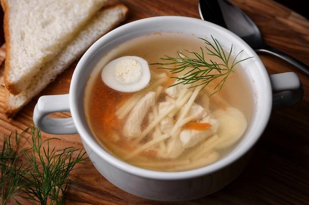Brodo di pollo con uovo e noodles