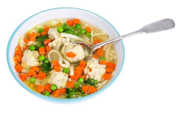 Brodo di pollo con verdure, pasta e polpette.