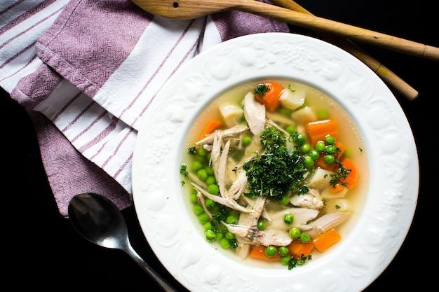Brodo di pollo fatto in casa con verdure
