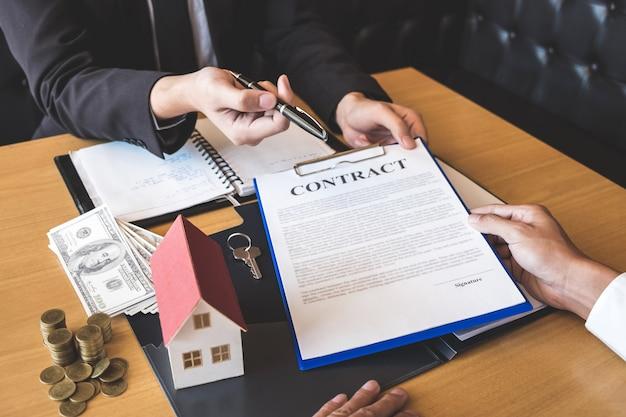 Broker di agenti immobiliari che dà penna al cliente che firma un contratto di contratto immobiliare con modulo di richiesta di mutuo approvato, acquisto o offerta di prestito ipotecario e assicurazione casa
