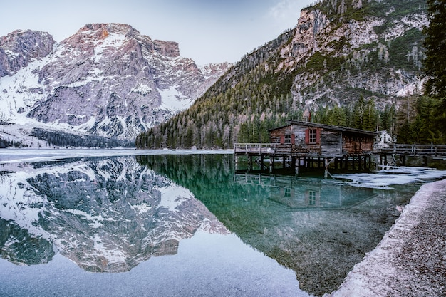 Brown lakeside cottage accanto a rocky mountain