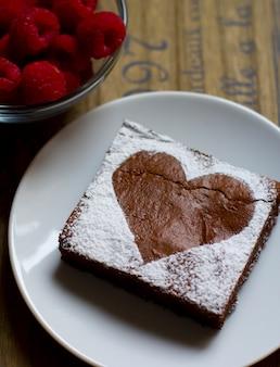 Brownie lampone, san valentino, su fondo in legno