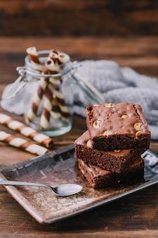 Brownie su sfondo di tavolo in legno