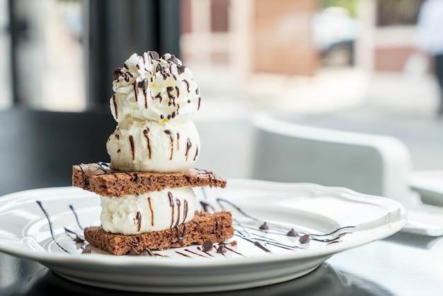Brownies al cioccolato con gelato alla vaniglia
