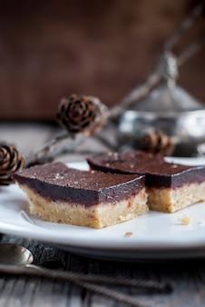 Brownies al cioccolato croccante sul piatto bianco