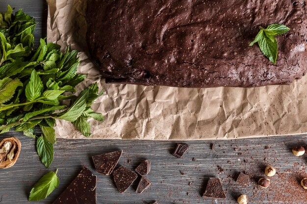 Brownies al cioccolato fatti in casa sulla superficie scura.