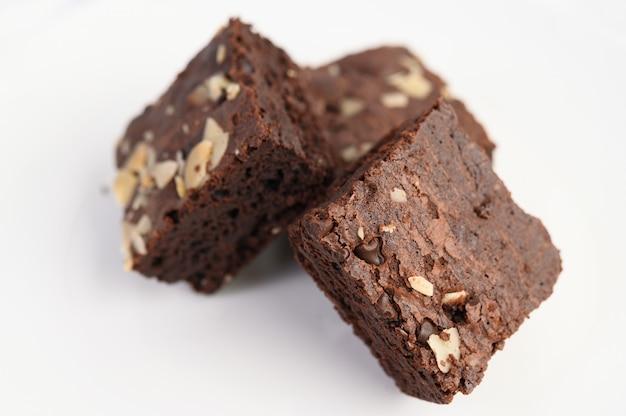 Brownies al cioccolato su un piatto bianco.