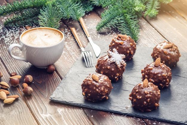 Brownies casalinghi del cioccolato di festa del nuovo anno o di natale con i dadi su fondo di legno. dessert festivi