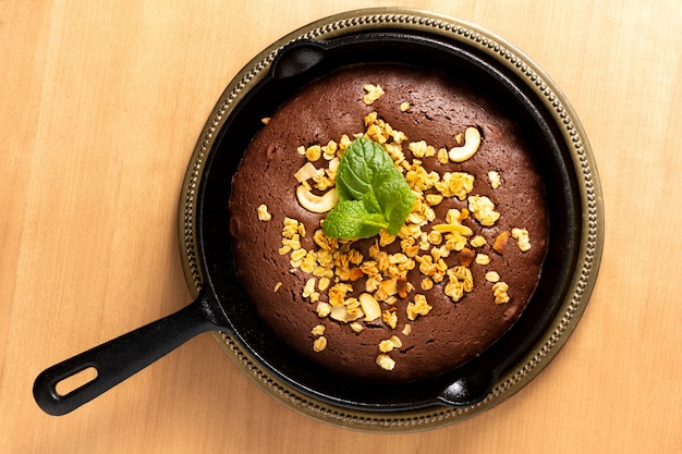 Brownies casalinghi di concetto dell'alimento al forno in padella del getto del ferro con lo spazio della copia