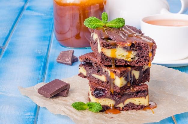 Brownies cheesecake con ribes e salsa al caramello