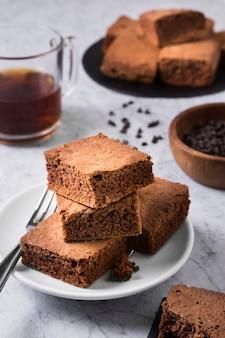 Brownies deliziosi del primo piano pronti per essere servito