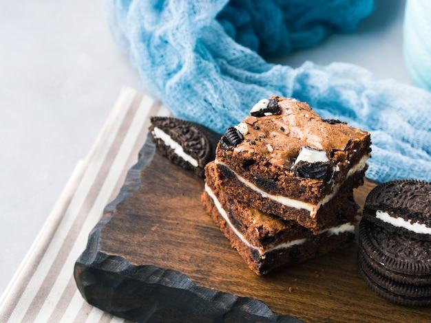 Brownies di crema di formaggio con biscotti