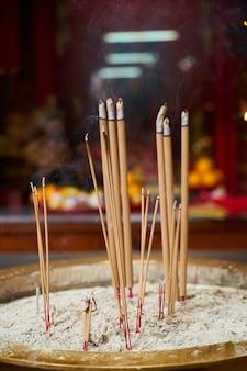 Bruciare bastoncini d'incenso