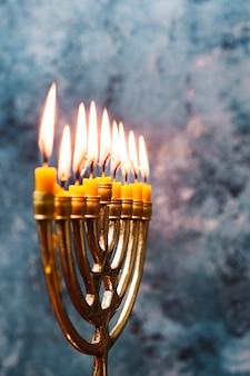 Bruciare candeliere ebreo del primo piano