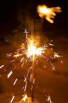 Bruciare il fuoco di capodanno del bengala su uno sfondo nero