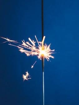 Bruciare la luce del bengala sul blu