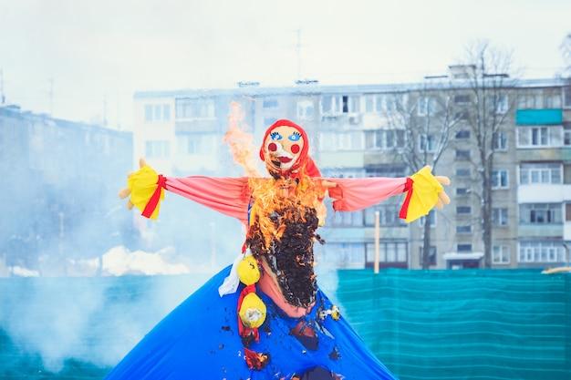 Bruciatura festiva tradizionale della bambola maslenitsa al festival della primavera in bielorussia
