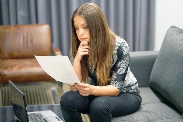 Bruna donna d'affari ha ricevuto una brutta lettera