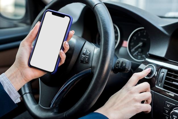 Bruna imprenditrice mostrando smartphone