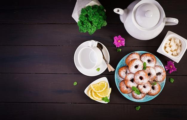 Brunch o pranzo. ciambelle fatte in casa cosparse di zucchero a velo.