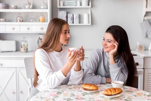Brunetta carina ascoltando la sua ragazza