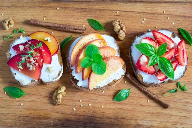 Bruschetta alla frutta con spezie e frutta secca