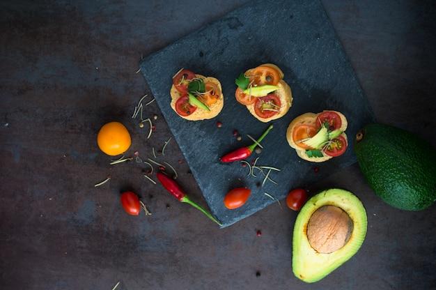 Bruschetta con avocado