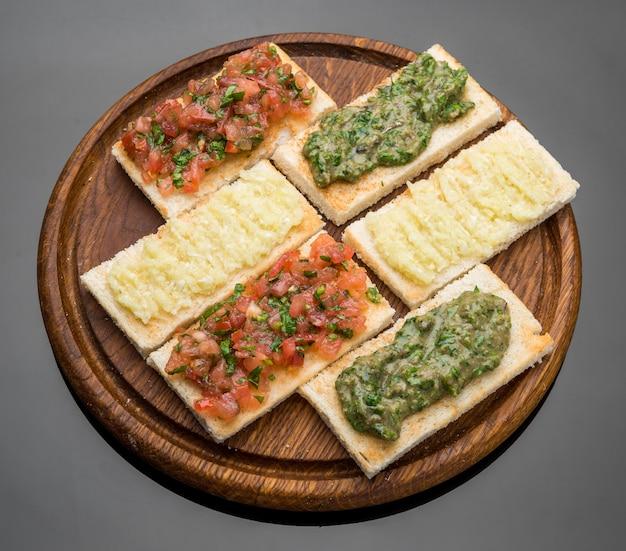 Bruschetta con pomodoro, mozarella e basilico