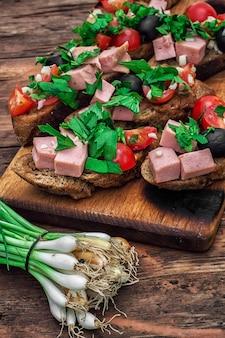Bruschetta con verdure e carne
