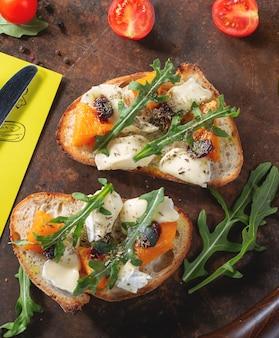 Bruschetta con zucca, formaggio e rucola
