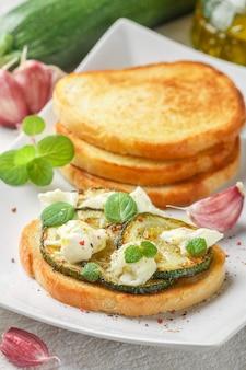 Bruschetta con zucchine fritte