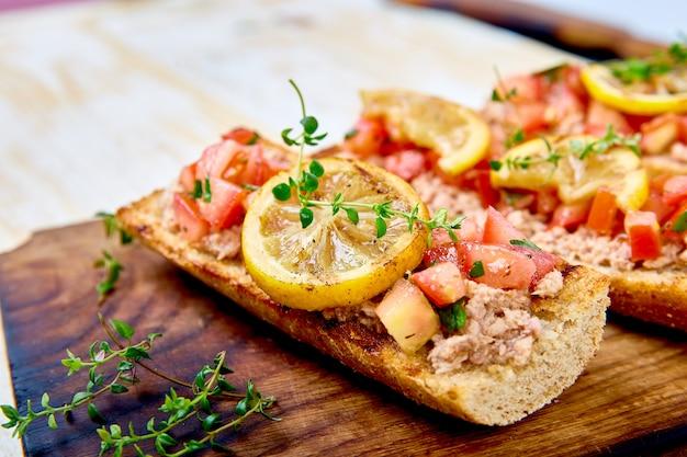 Bruschetta di antipasto con tonno e pomodori. cucina italiana.
