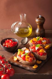 Bruschetta italiana con pomodori aglio olio d'oliva
