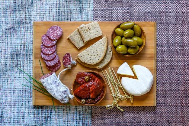 Bruschetta italiana fatta con fette di pane tostato con pomodorini