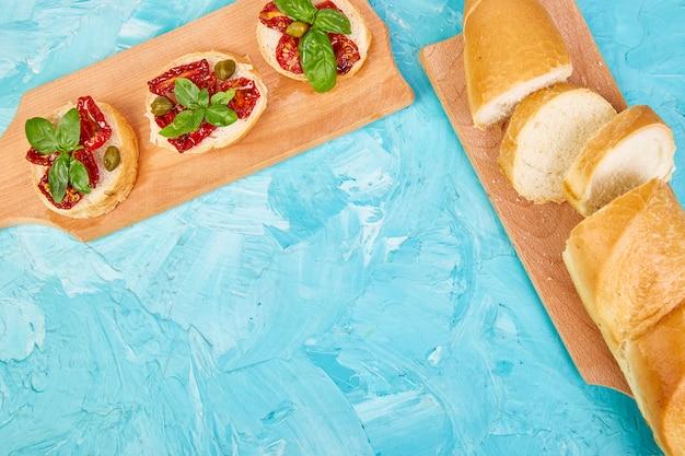 Bruschetta o crostini con pomodori secchi e capperi