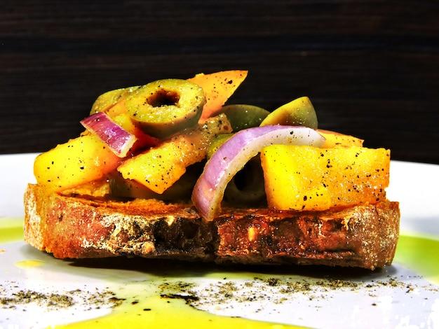 Bruschetta su un piatto con olio d'oliva e spezie.