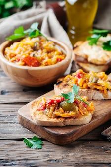 Bruschetta vegetariana italiana con verdure