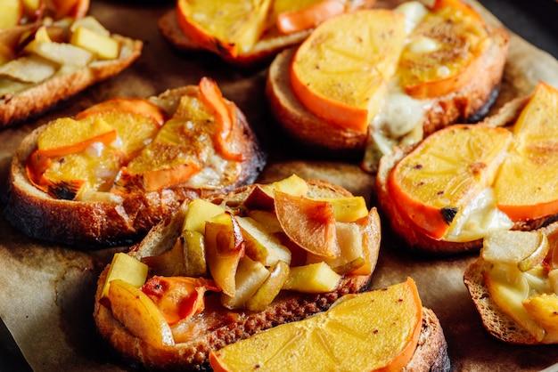 Bruschette di frutta al forno su teglia