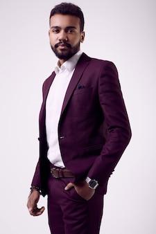 Brutale giovane modello maschio afroamericano in abito formale moda