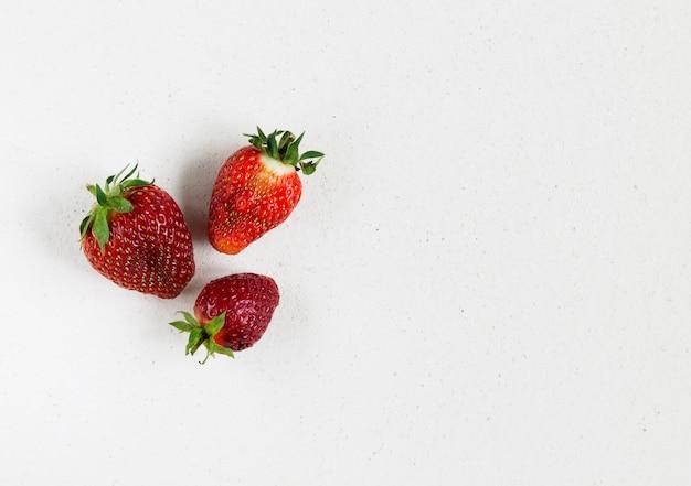 Brutte fragole fresche biologiche