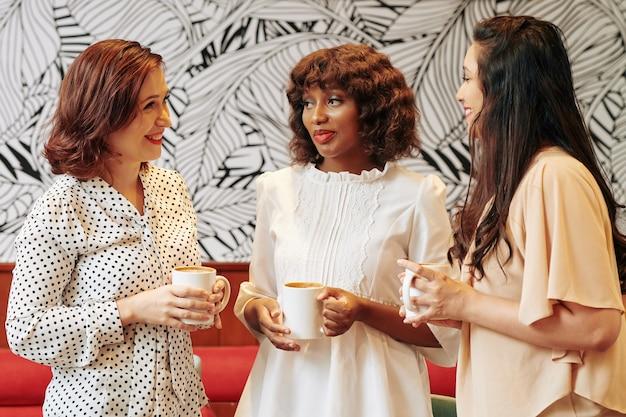 Bsuinesswomen che gode della pausa caffè