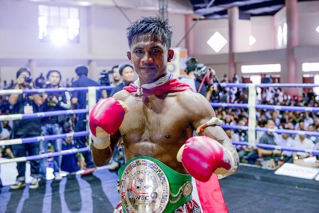 Buakaw banchamek thai welter kick boxer muay thai, scatta foto sul ring dopo aver vinto il combattimento in thailandia