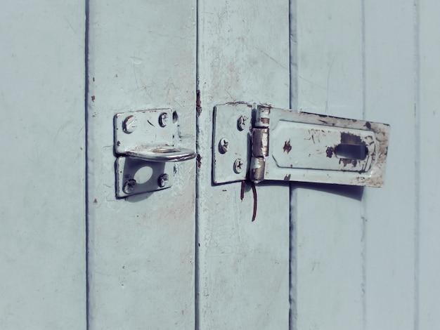 Buco della serratura arrugginito sulla vecchia porta di legno