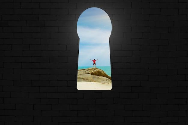 Buco della serratura, porta aperta per l'uomo felice sulla spiaggia