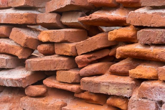 Buco in un vecchio muro di mattoni che crolla
