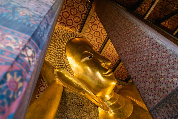 Buddha adagiantesi di wat pho buddha, bangkok, tailandia