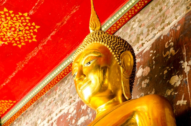 Buddha dorato a wat suthat thepwararam, bangkok, tailandia