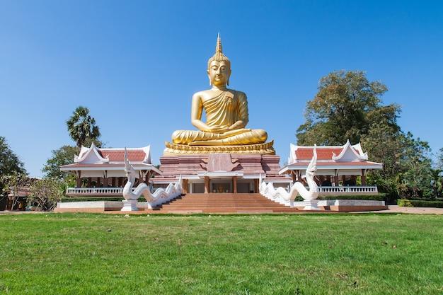 Buddha dorato. grande statua di buddha nel tempio pubblico.
