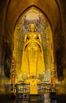 Buddha in piedi kakusandha nel tempio di ananda, myanmar
